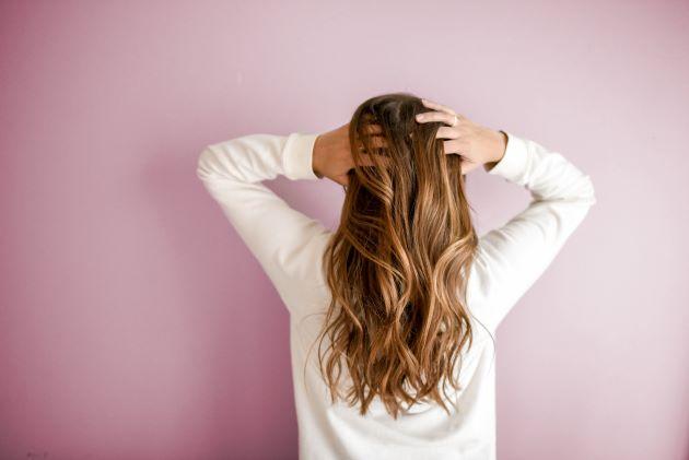 haarwuchsmittel test frau mit langen haaren ohne haarausfall