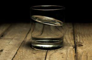gesunde Haare durch gesunde Ernährung Wasser trinken